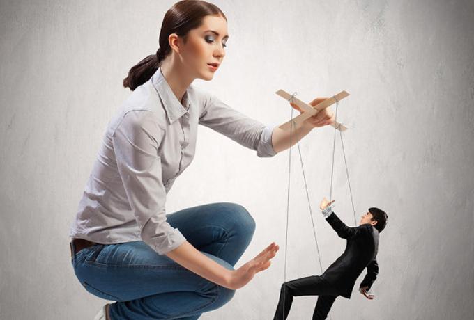 Как женщины манипулируют мужчинами. 7 коварных способов