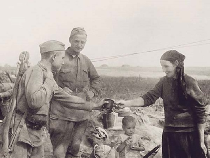 Жители деревни встречают солдат.