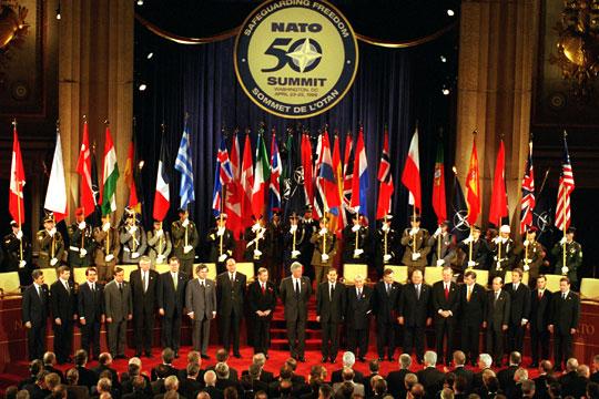Политика: Расширение на восток не спасет НАТО от развала