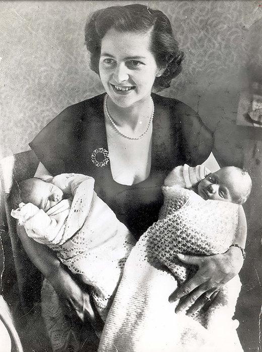 С новорожденными близнецами Марком иКарол, 1953 год