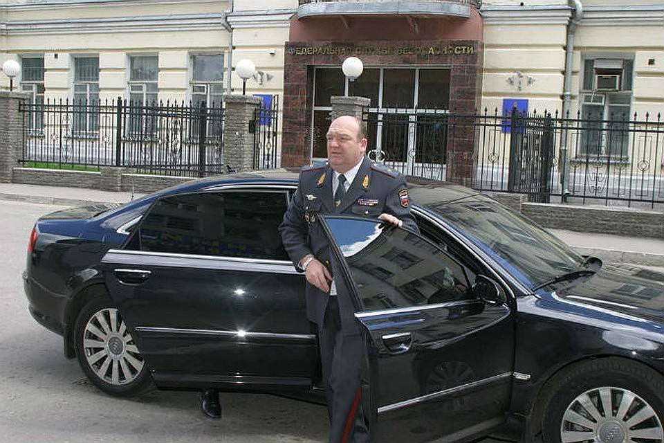 Экс-глава ГУВД Самарской области Реймер оказался замешан в скандале на Красной площади, где мужчина грозился взорвать машину