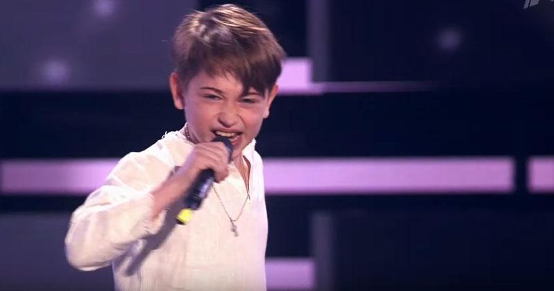 Песня «Я милого узнаю по походке» в исполнении этого 8-летнего мальчика произвела фурор в зале. Это сплошной восторг!
