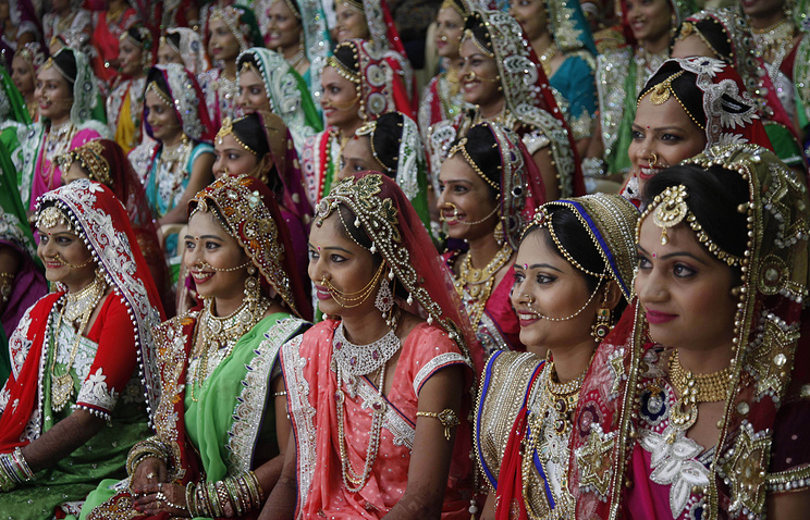 В День отца индийский бизнесмен принял поздравления от 472 дочерей
