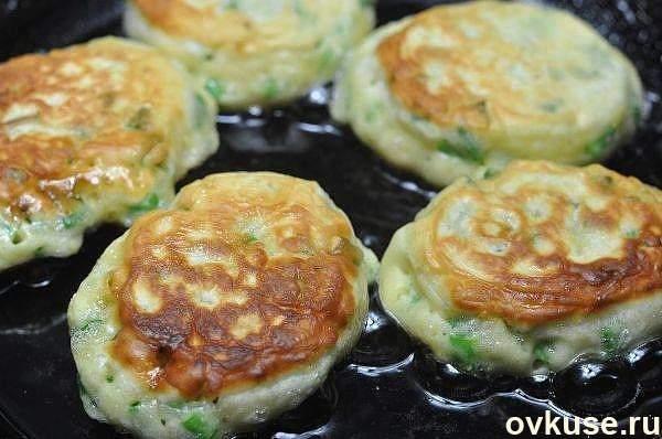 Самые ленивые пирожки-оладьи  с яйцом и зелёным луком за 10 минут