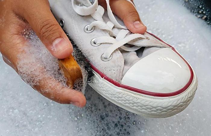 «Народные» средства для очистки черных полос на белой обуви
