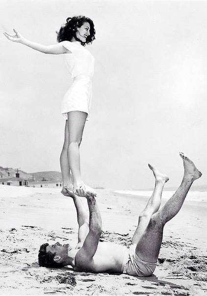 Йога на пляже в исполнении Авы Гарднер и Берта Ланкастера, 1946 год.