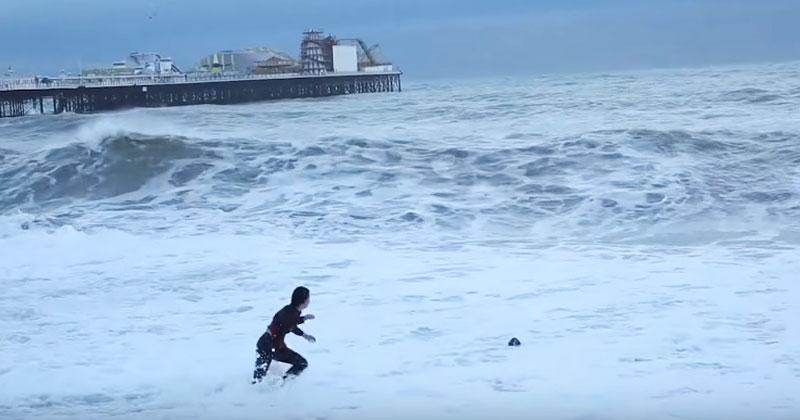 Люди на пляже заметили, что девушка отчаянно ищет что-то в воде. Когда они поняли, что она потеряла, затаили дыхание!