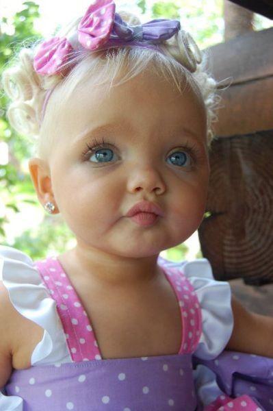 Ребенок, которого лишили детства: с 2 лет она работает моделью! Счастлив ли ребенок?