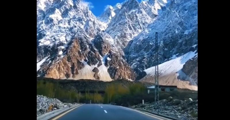 Это видит перед собой каждый водитель, который проезжает по самой высокогорной дороге в мире. Дух захватывает от этого зрелища!