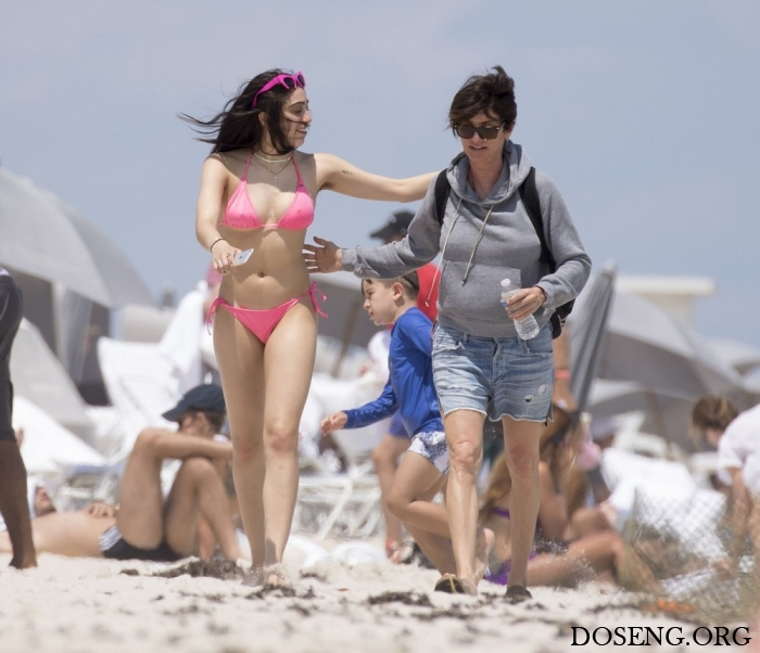 Дочь Мадонны в бикини с небр…