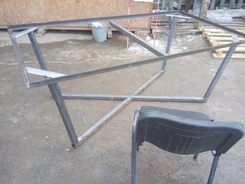 Стол из элементов ламината и металлического каркаса своими руками