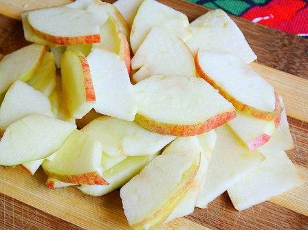 Сметанный пирог с яблоками, орехами и корицей