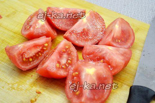Нарезаем помидоры дольками