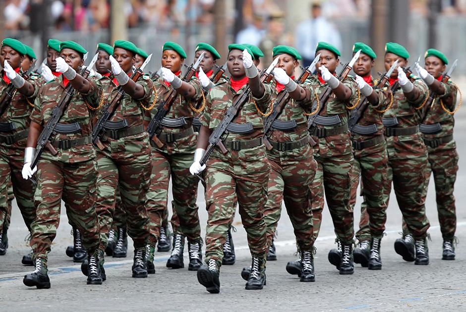 Женский полк армии Бенина марширует по Елисейским Полям в День взятия Бастилии в Париже