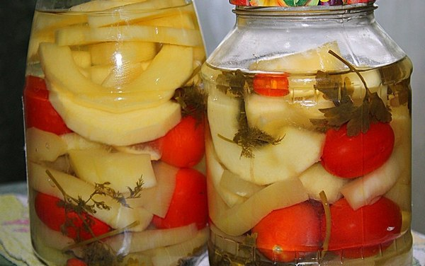 Острые маринованные кабачки с помидорами.