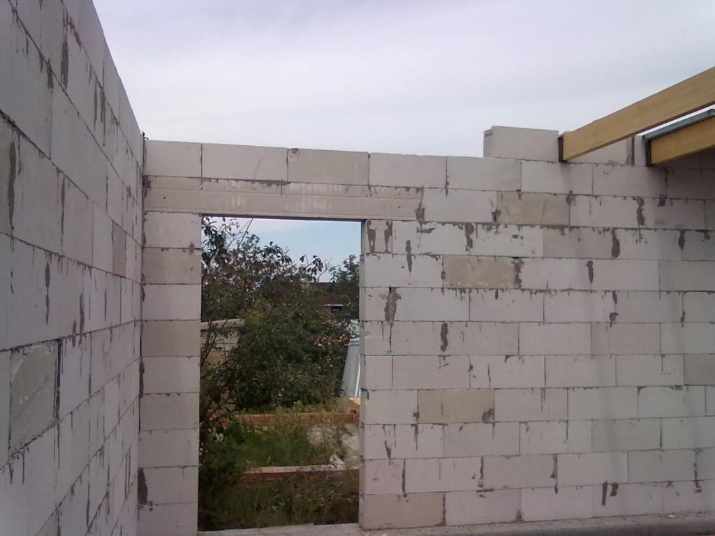 2. Вход в дом перекрыт армированным газобетонным блоком