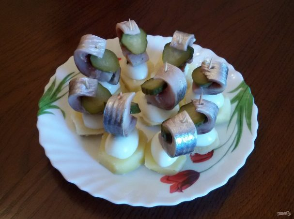 Канапе с сельдью и яйцами