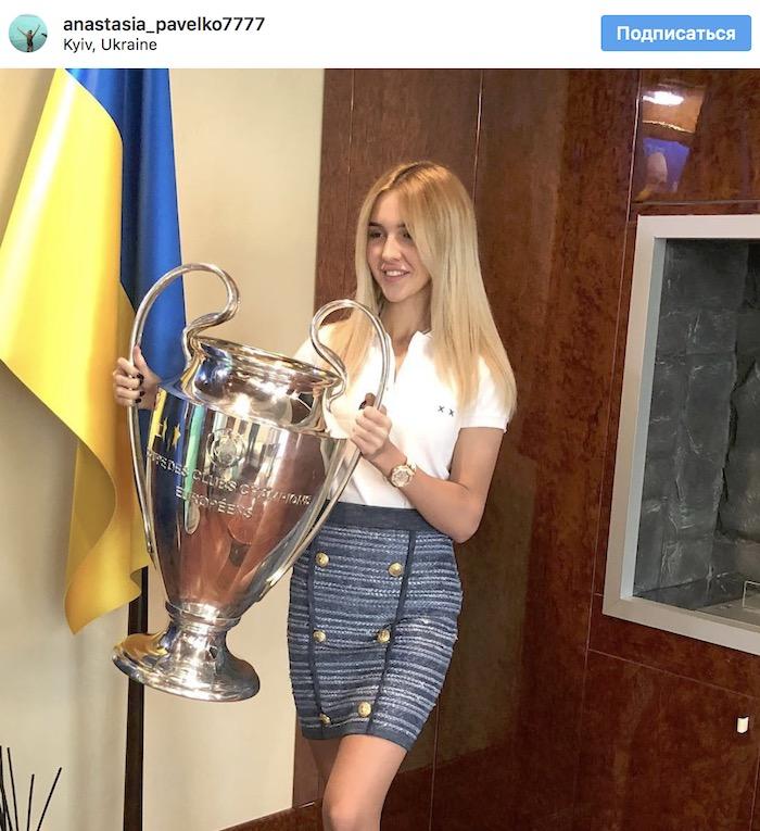 Президент Федерации футбола Украины нарушил правила УЕФА и дал ребенку поиграть с кубком Лиги чемпионов