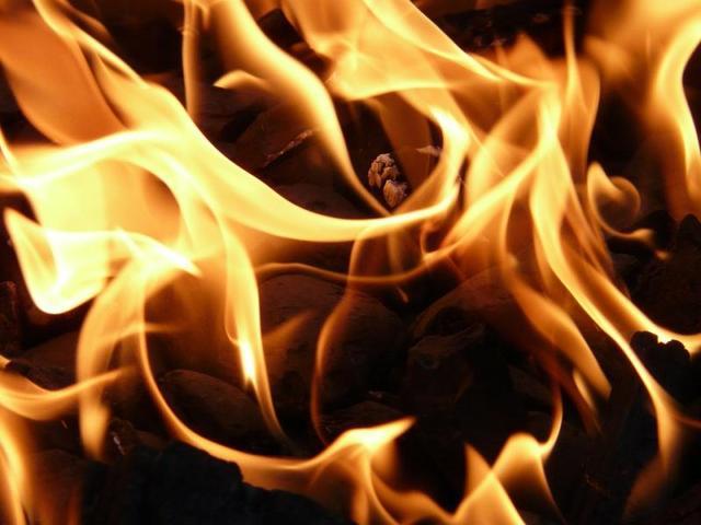 Пожарные пытаются ликвидировать возгорание крыши цеха в Москве