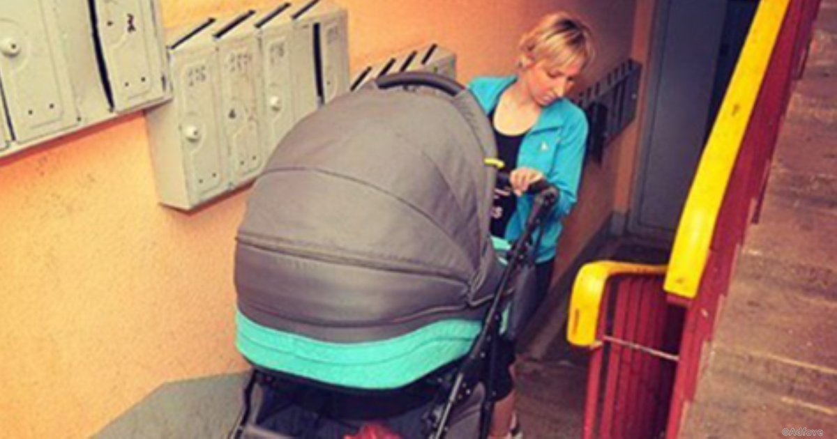 Мамочка с коляской в подъезде обратилась к соседу, но тот ей нахамил. Эффект бумеранга не заставил себя ждать!