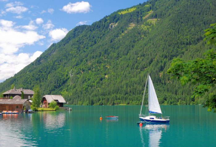 Ледниковое озеро находится высоко в австрийских Альпах и имеет невероятно популярное направление для всех видов отдыха.