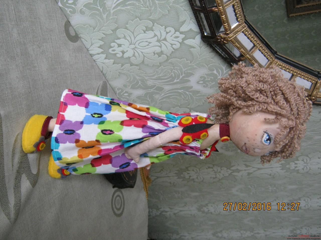 Этот мастер-класс с выкройкой расскажет как сшить своими руками текстильную интерьерную куклу.. Фото №14