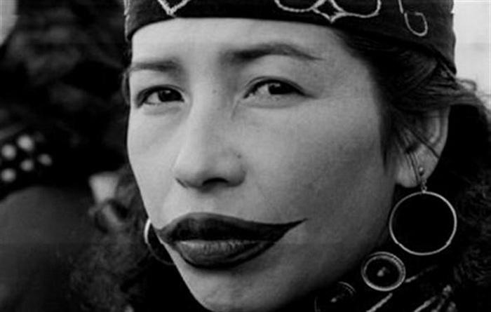 Древняя версия перманентного макияжа? Зачем женщины народности айну делали тату-улыбки