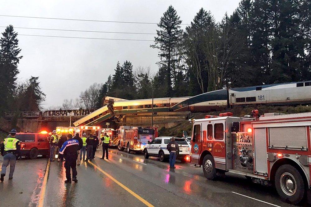 В США скоростной поезд с пассажирами рухнул с моста на шоссе