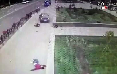 Автомобиль сбил трех подростков на тротуаре в Домодедове