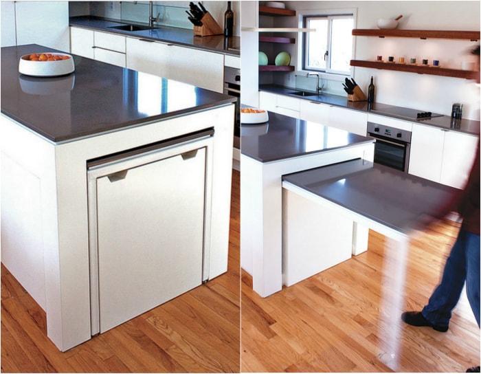 Кухонный островок, оборудованный выдвижным столиком.