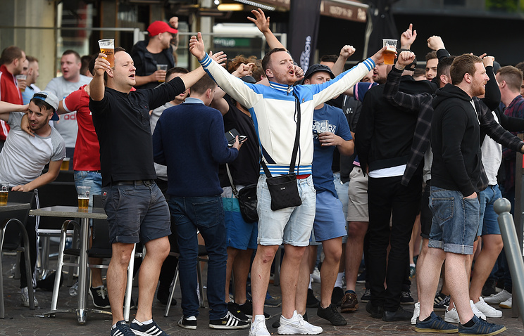 Расплата настигнет: Английский футбольный болельщик осквернил российский флаг в центре Лилля