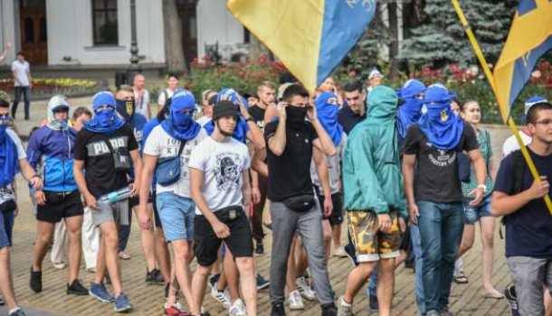 «Помни, чужинец, тут хозяин украинец»: вМариуполе произошел конфликт между бойцами «Азова» итемнокожими студентами