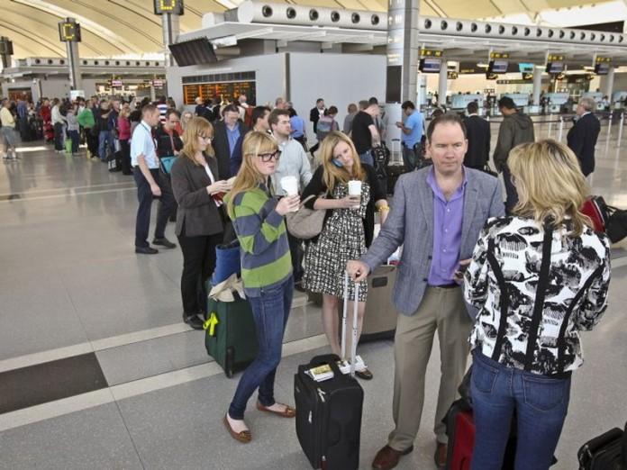 Мужчина требовал обслужить его вне очереди, на что служащая аэропорта отреагировала просто блестяще!