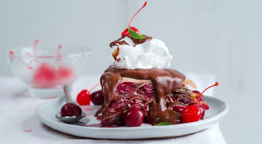 Блинный торт Пьяная вишня в шоколаде