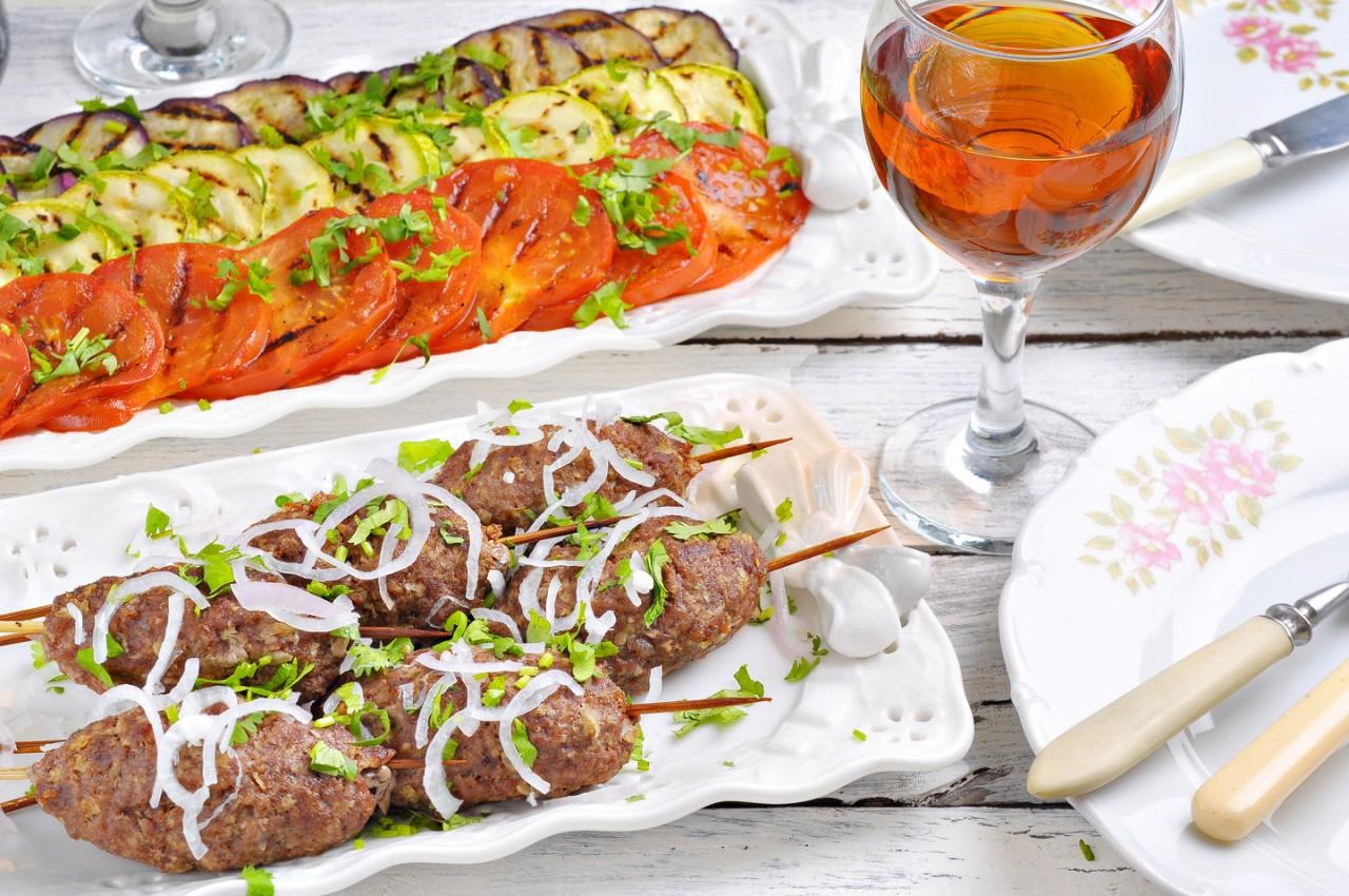 Романтический ужин с люля-кебаб и овощами на гриле