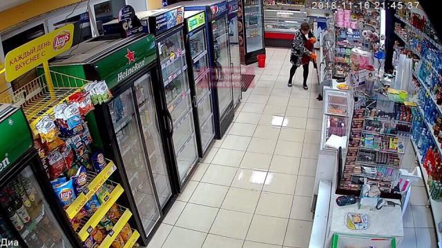 Авторитетная уборщица помыла полы в магазине под Нижним Новгородом и заставила все разуваться при входе