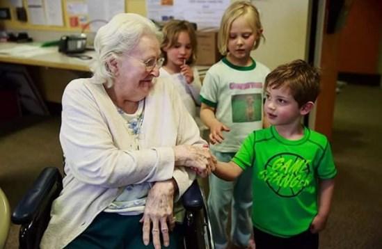 В Канаде придумали — объединить «Дома престарелых» с «Детскими приютами»