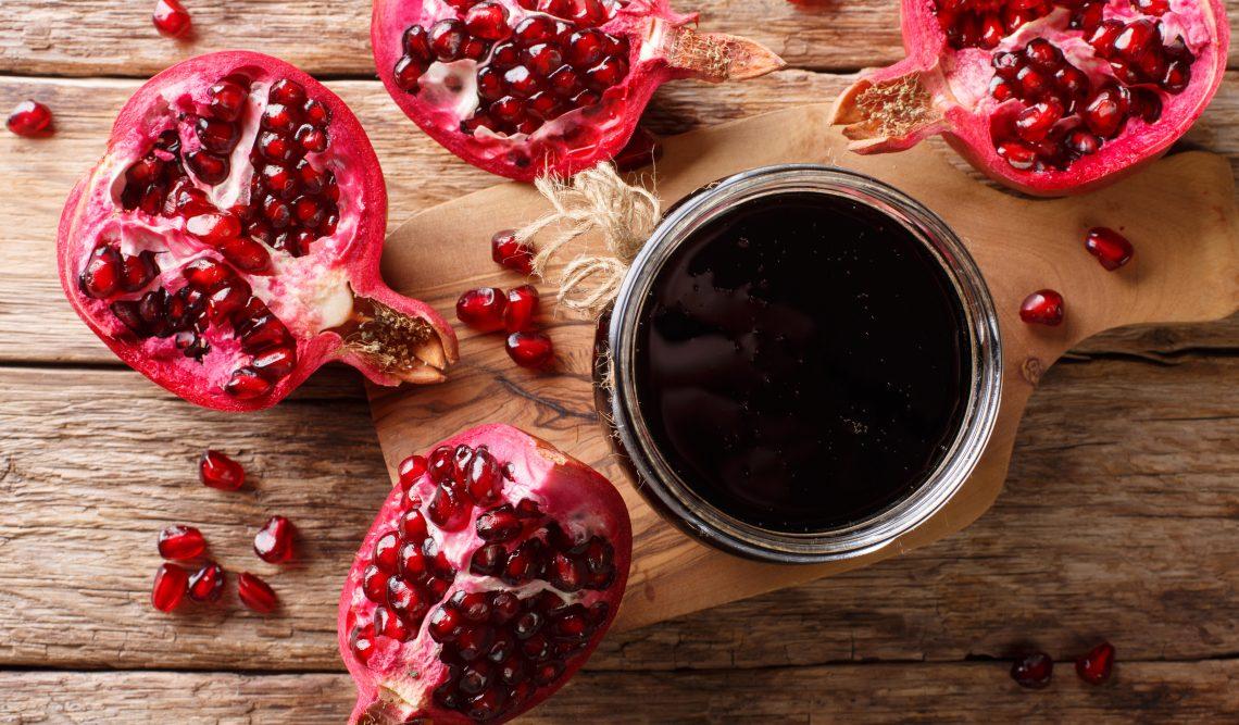 Соус из гранатового сока и красного вина с базиликом