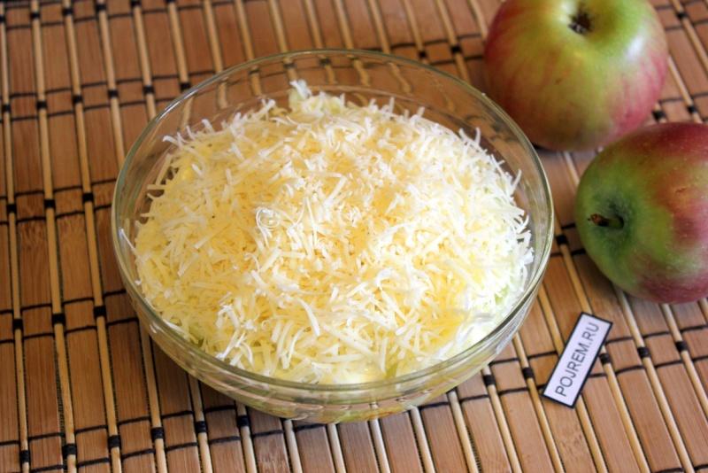 Легкий и сытный салат из яблок и яиц