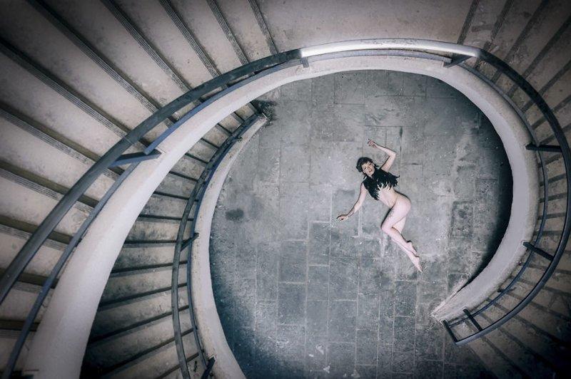 Парень фотографирует свою девушку в заброшенных местах по всей Европе