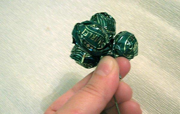 5009b099b9f7 Гроздь винограда из конфет без пенопластовой основы. Мастер класс