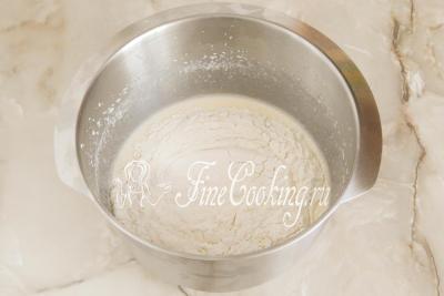 Шаг 5. Насыпаем в емкость 240 граммов просеянной муки, которую мы смешали с 1 столовой ложкой разрыхлителя и щепоткой соли