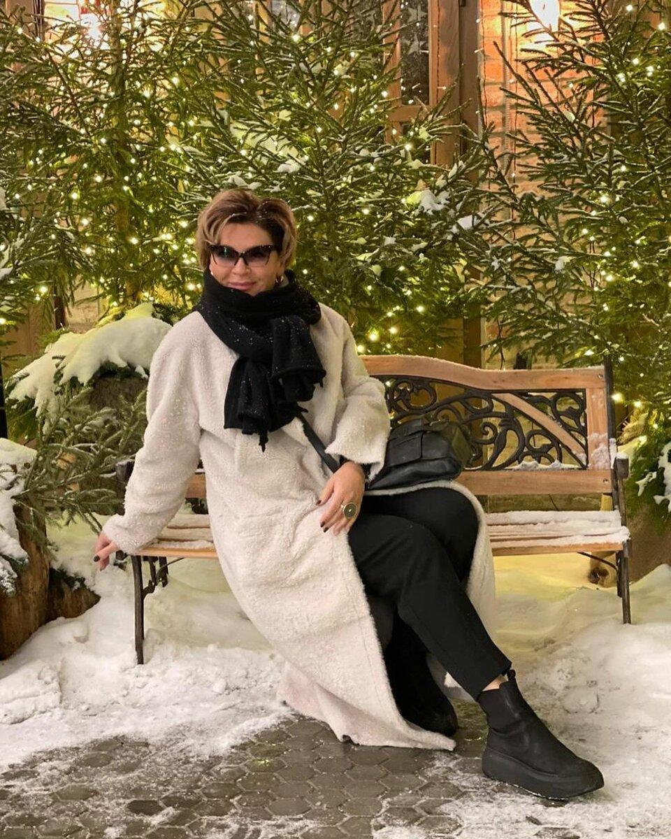 @konarevairina / Уютный зимний образ с искусственной шубой. /Фото: instagram.com