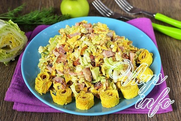 Салат из курицы, пекинской капусты и омлета