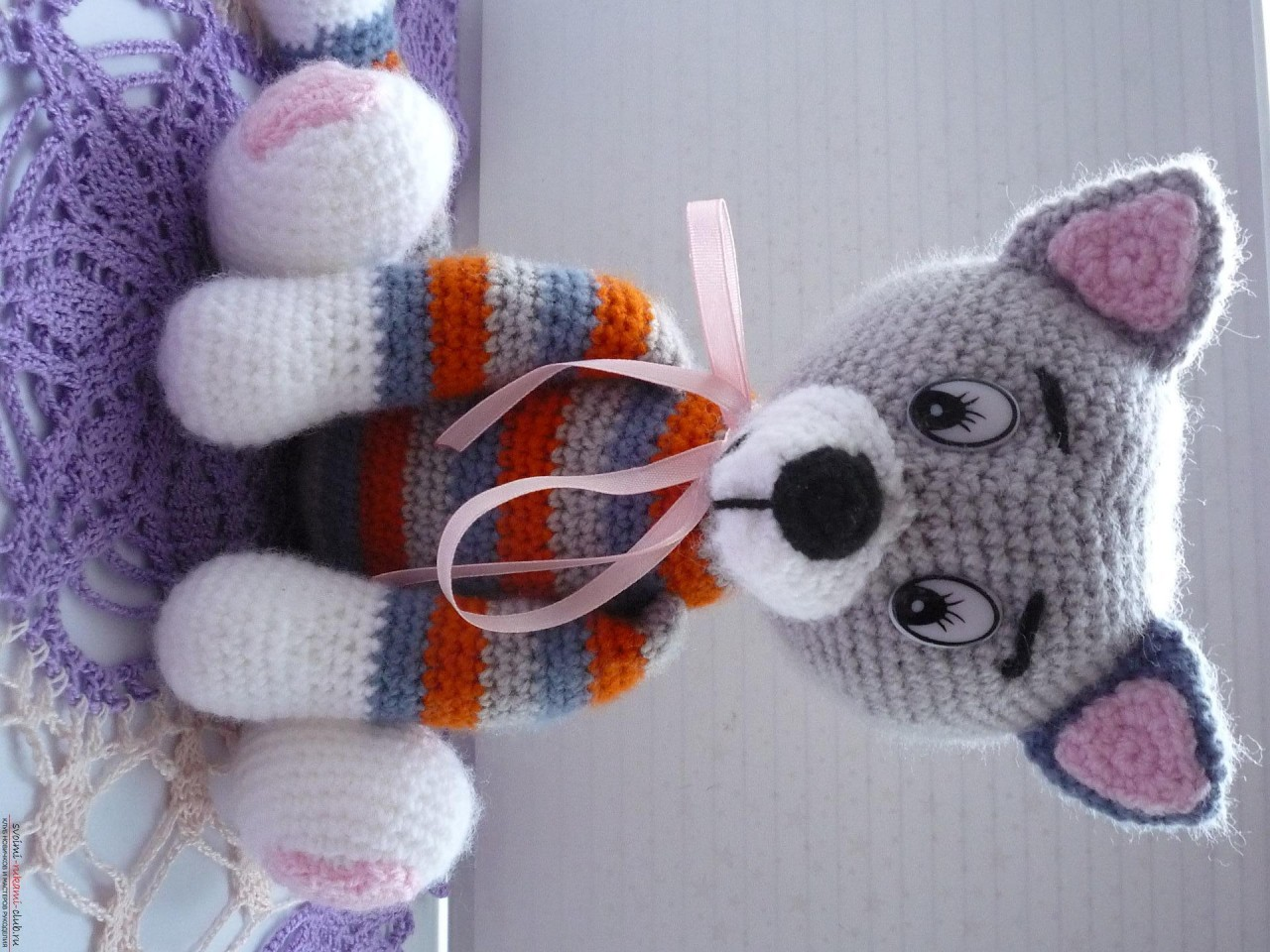 По нашему подробному мастер-классу вязания крючком игрушки получается полосатый вязаный кот.. Фото №1