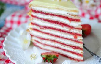 Клубнично-ревеневый блинный торт
