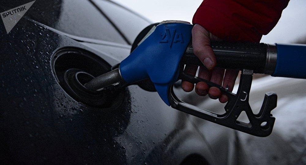 Пролили,пока переливали: Обман россиян с бензином объяснили испарениями