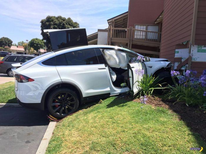 Машина ослушалась водителя: первая подозрительная авария с Tesla Model X