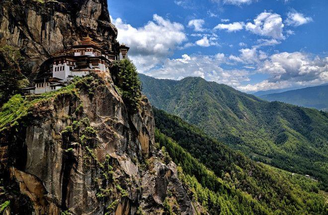 Такцанглакханг Бутан Монастырь расположен на скале высотой 3120 м на высоте 700 метрах над уровнем долины Паро Сооружение было построено в 1692 году при правителе Гьялце Тензин Рабджи Монастырь возвели вокруг пещеры Такцанг Сенге Самдуп в которой медитировали еще с 67 века Строения комплекса включают четыре главных храма и жилые здания Все они соединены лестницами вырубленными в скале В 1998 году в монастыре был крупный пожар К 2005 году храм полностью был восстановлен