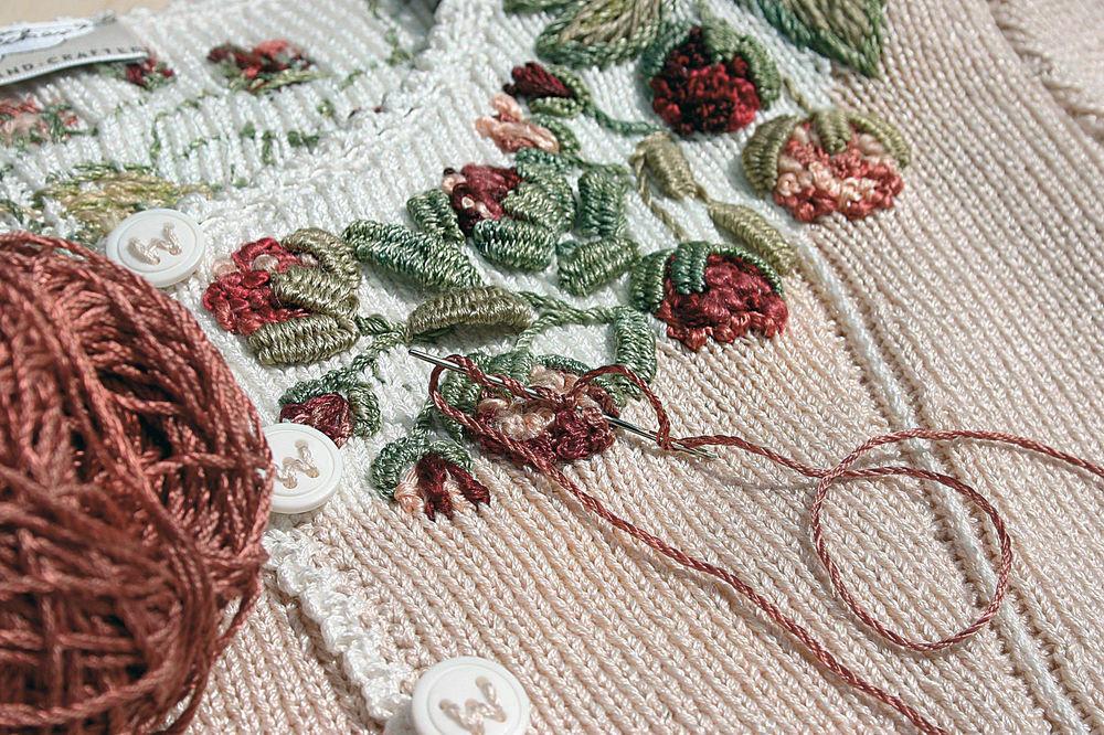 Воплощенная женственность — вышивка на трикотаже от Eva Dietrich